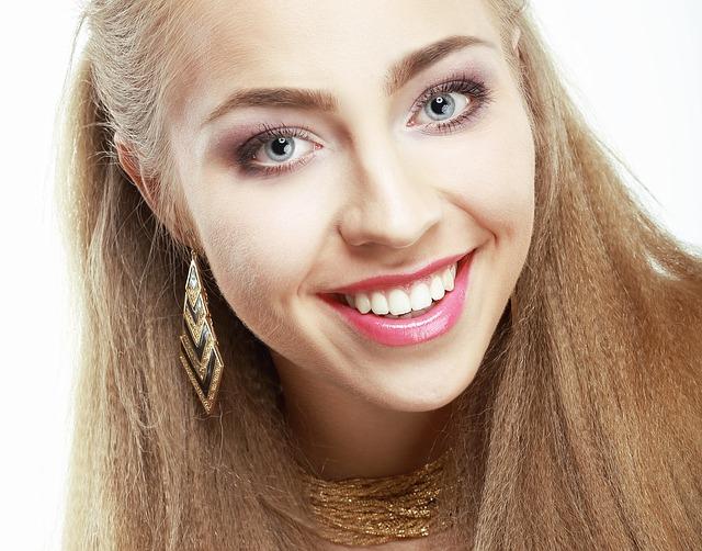kobieta w makijażu - spojrzenie
